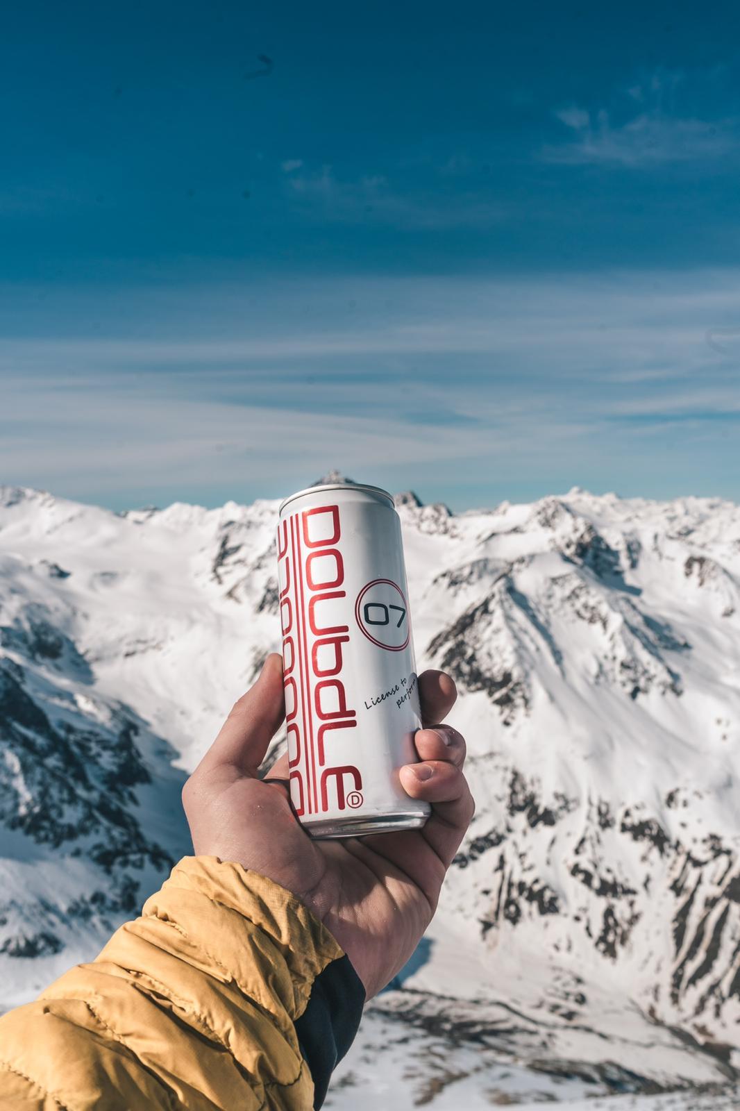 doubdle blik in hand met besneeuwde bergen in de achtergrond